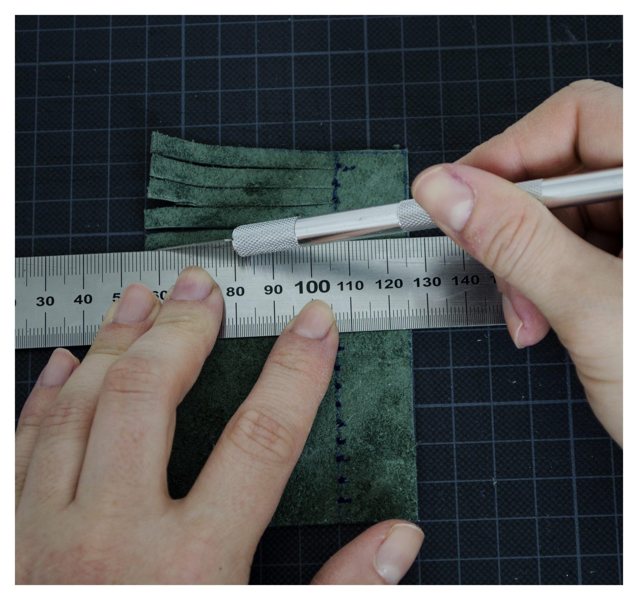 Lederstreifen zuschneiden für Lederquasten DIY