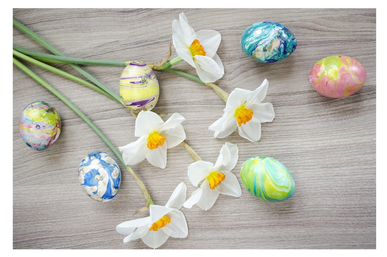 Tolles DIY zu Ostern: Marmorierte farbirge Ostereier selber gestalten