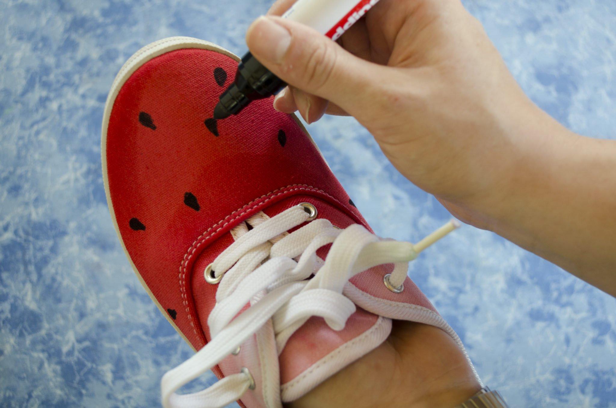 Die Melonenkerne auf dem Dip- Dye Schuh werden aufgemalt