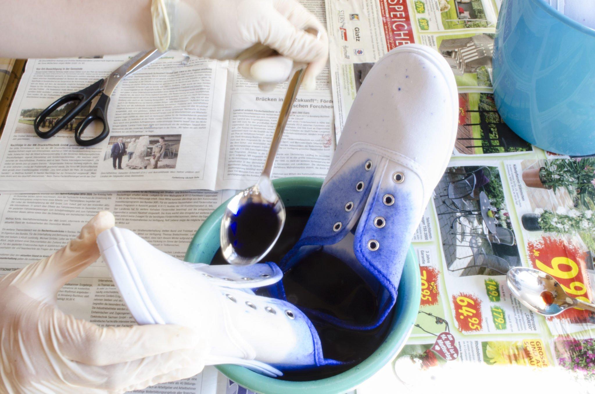 Dip- Dye bei Blauen Stoffschuhen