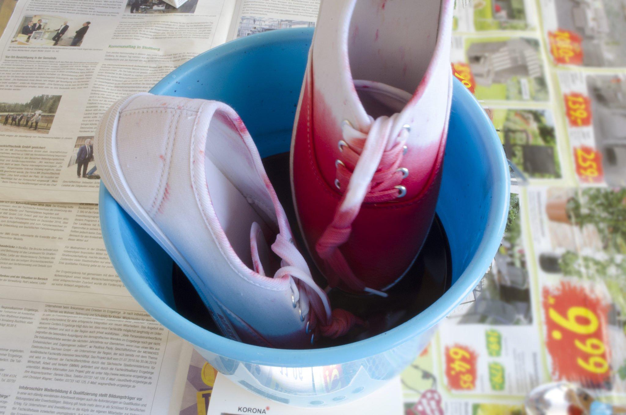 Stoffschuhe im Farbbad melonen rot färben, Melonen Dip- Dye